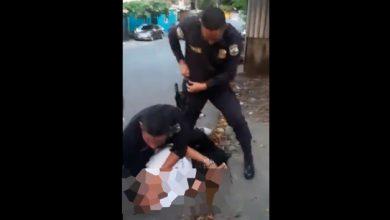 Photo of Capturan a policía que golpea a un hombre en un video